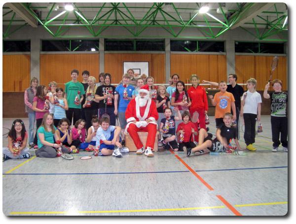 Weihnachtsmann beim Kindertraining